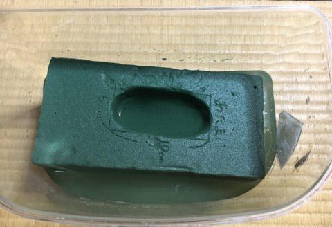 容器に水を入れてオアシスをつける