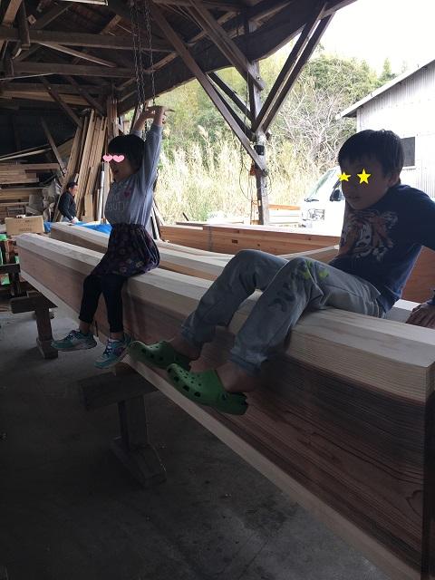 梁が完成したとき。喜ぶ息子と娘