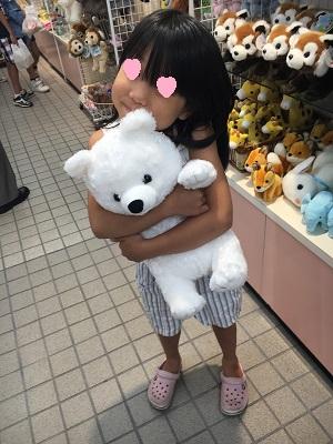クマのぬいぐるみを買ってもらった妹