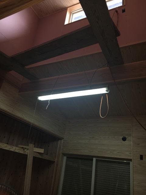 建築中の息子の部屋の段違い屋根