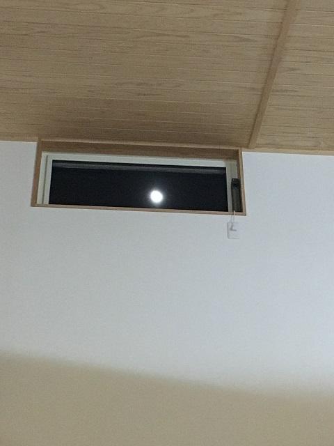 月が見える高窓