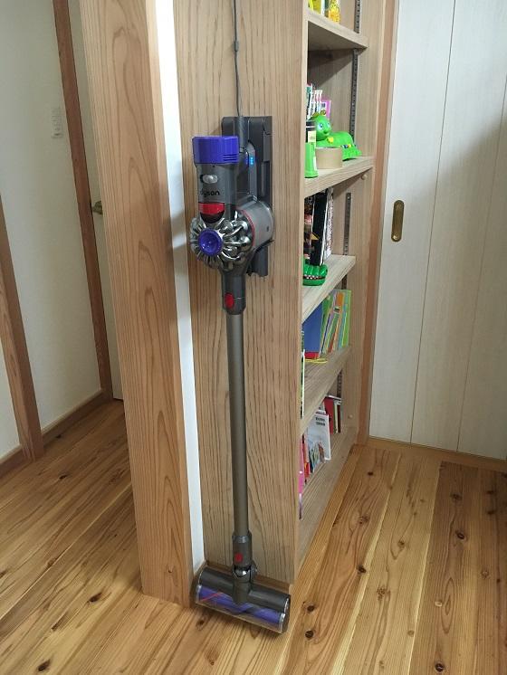 【掃除機】ダイソンコードレスクリーナー(V8)を購入!使いやすさに感動!!スタイリッシュで部屋のインテリアにも。