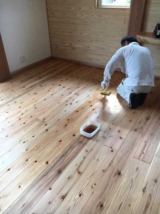 いろはを塗る義父
