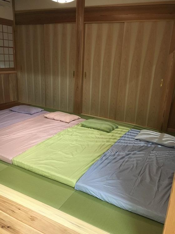 マイ枕とからだ枕を4つ並べた和室