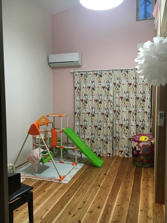 一面だけピンクの壁の娘の部屋