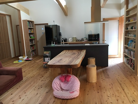 テーブルをくっつけたキッチン