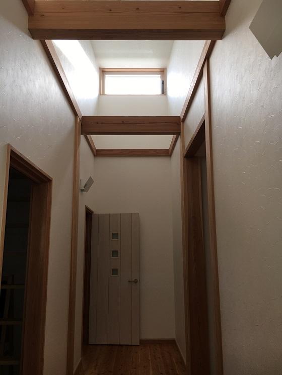 【WEB内覧会 段違い屋根の高窓】開閉できて風通し良好。東側で朝日が心地良い!