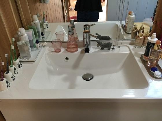 洗面グッズを置いた洗面化粧台