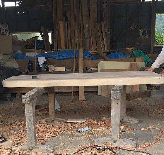 テーブルを作る義父
