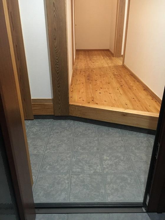 玄関から見た杉の床