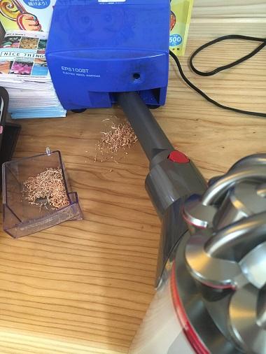鉛筆削り器の中を掃除するダイソン