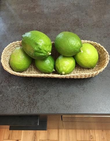 レモンを入れた小さいかご