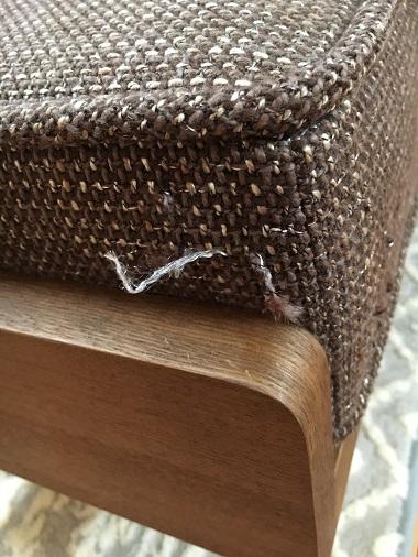 爪とぎされた新しいソファー