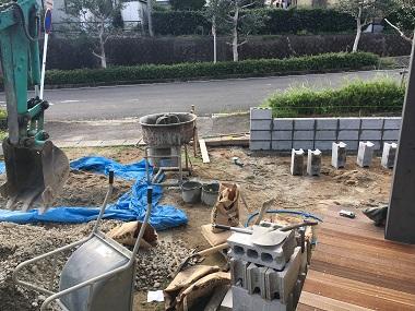 セメントなどが置かれた庭