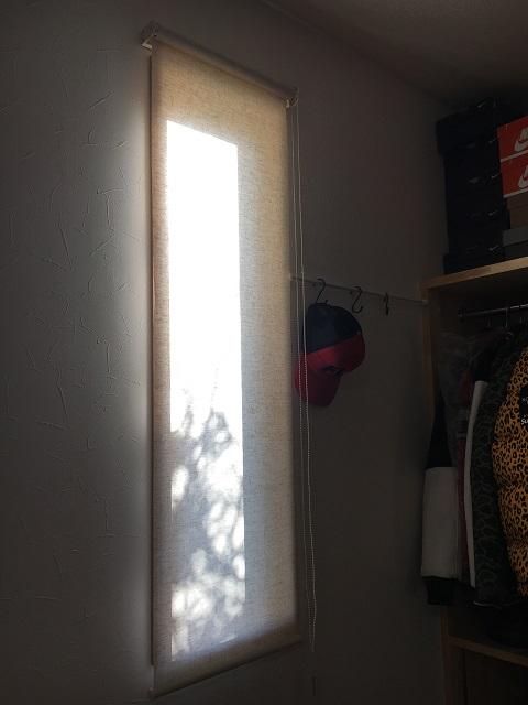 棚の近くの窓のロールスクリーン