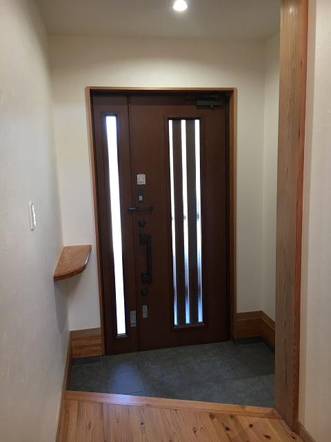 廊下からドアを見たところ