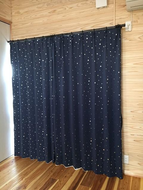 閉まった息子の部屋のカーテン