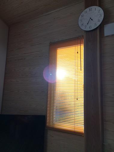 西日が入る窓