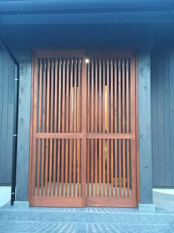 玄関の目隠しの格子戸
