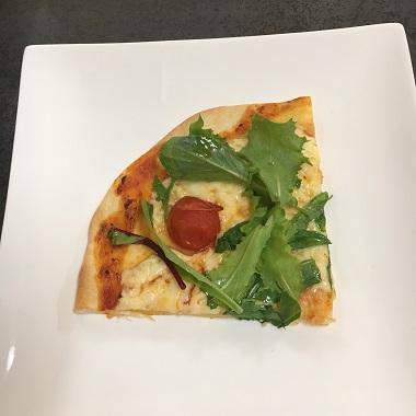 切り分けたピザを乗せた皿