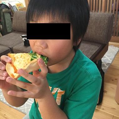 ピザを食べる息子