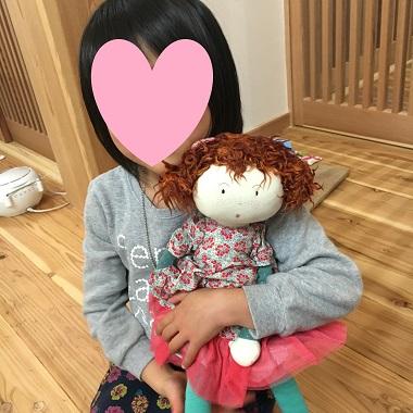 人形を抱く娘