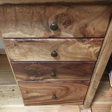 樹齢何百年の楠で出来た机の引き出し
