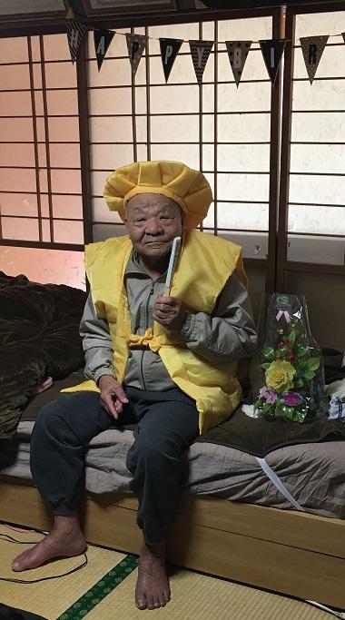 黄色いちゃんちゃんこを着るおじいちゃん