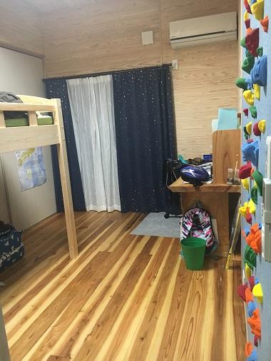 息子の部屋の杉の床