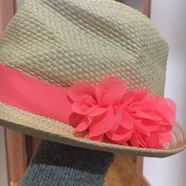 花飾りが付いた帽子