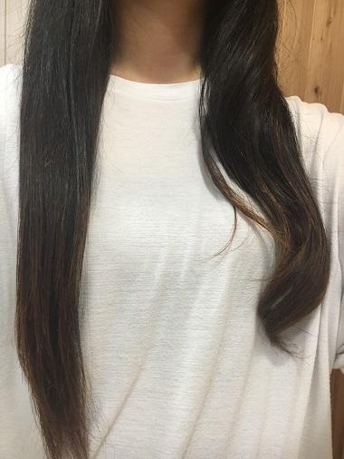 片方が巻き髪、もう片方はストレートの髪