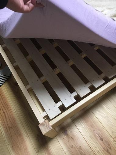 すのこになっているベッドの下