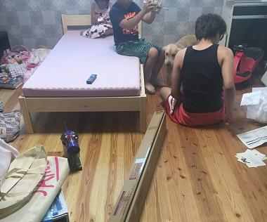 ベッドを組み立てているところ