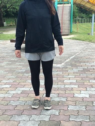 スポーツウェアを着て散歩している様子