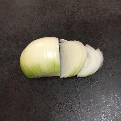 セラミックトップの上で切った玉ねぎ