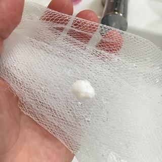 ネットに真珠粒大の洗顔を出したところ