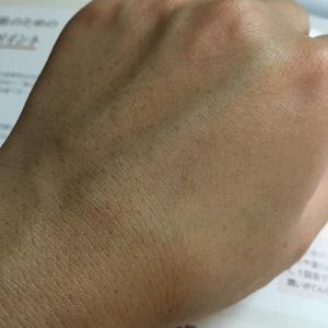 化粧水を手の甲に浸透させた