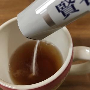 賢者の食卓を紅茶に入れる