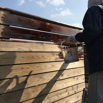 ウッドフェンスを塗装する