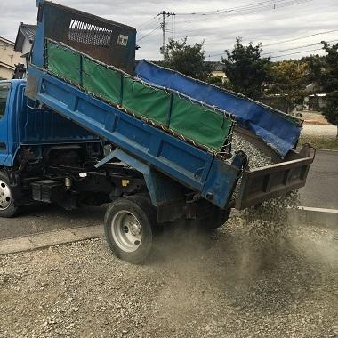 トラックから砂利をおろすところ1