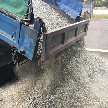 トラックから砂利をおろすところ2